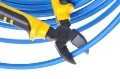 Hulpmiddelbuigtang die blauwe kabel snijden Royalty-vrije Stock Afbeeldingen