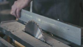 Hulpmiddelen in de timmerwerkworkshop: cirkelzaag, zaagblad stock video