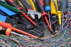 Hulpmiddelen in elektrische installaties worden gebruikt die stock fotografie