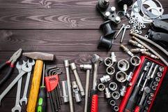 Hulpmiddelen en autovervangstukken op houten werkbank De ruimte van het exemplaar royalty-vrije stock afbeeldingen