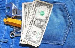 Hulpmiddelen en contant geld in zak Royalty-vrije Stock Afbeeldingen