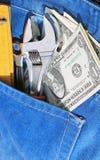 Hulpmiddelen en contant geld in zak Stock Foto