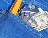 Hulpmiddelen en contant geld in zak Royalty-vrije Stock Fotografie
