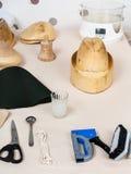 Hulpmiddelen en materiaal voor hoedenindustrie op lijst Royalty-vrije Stock Afbeeldingen