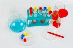 Hulpmiddelen en materiaal voor wetenschappelijk onderzoek naar witte achtergrond Stock Fotografie