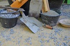 Hulpmiddelen en materialen voor cementmixer bij wotkplaatsen Royalty-vrije Stock Afbeelding
