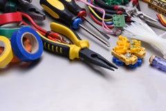 Hulpmiddelen en toebehoren in elektrische installaties worden gebruikt die stock afbeeldingen