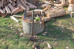 Hulpmiddelen om bomen te hakken Apparaat om bomen te hakken Het voorbereiden van brandhout Hakkend hout voor brandstof royalty-vrije stock foto