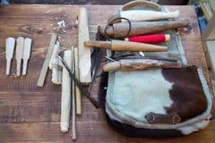 Hulpmiddelen om houten instrumentenzhaleyka, fluiten te maken Selectieve nadruk royalty-vrije stock foto's