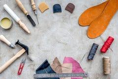 Hulpmiddelen om schoenen op grijze van het achtergrond steenbureau hoogste meningsruimte voor tekst te herstellen royalty-vrije stock afbeelding