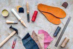 Hulpmiddelen om schoenen op grijze van het steenbureau hoogste mening als achtergrond te herstellen royalty-vrije stock foto's