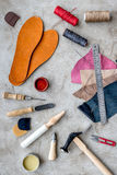 Hulpmiddelen om schoenen op grijze van het steenbureau hoogste mening als achtergrond te herstellen royalty-vrije stock afbeelding