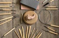 Hulpmiddelen om te beeldhouwen Beeldhouwer` s werkruimte Stock Afbeelding