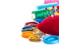 Hulpmiddelen om te naaien: knoop, vingerhoedje, spelden stock afbeeldingen