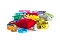 Hulpmiddelen om te naaien: knoop, vingerhoedje, spelden royalty-vrije stock foto