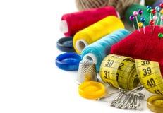 Hulpmiddelen om te naaien: knoop, vingerhoedje, spelden royalty-vrije stock foto's