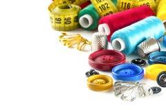 Hulpmiddelen om te naaien: knoop, vingerhoedje, spelden stock foto
