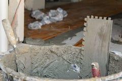 Hulpmiddelen om tegels op vloer bij bouwwerf te leggen stock foto's