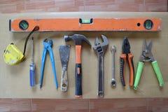 Hulpmiddelen op achtergrond op triplex binnenshuis en Vervaardigend Stock Fotografie