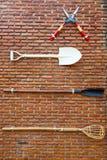 Hulpmiddelen op de bakstenen muur Stock Afbeeldingen