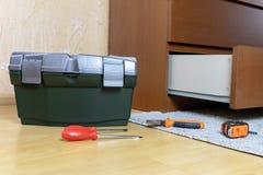 Hulpmiddelen op een ruimtevloer die worden opgemaakt Het concept van de meubilairassemblage royalty-vrije stock afbeeldingen