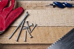 Hulpmiddelen op een ruw hout Royalty-vrije Stock Afbeeldingen