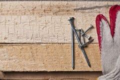 Hulpmiddelen op een ruw hout Stock Afbeeldingen