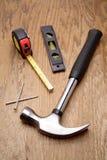 Hulpmiddelen op houten paneel Stock Foto's