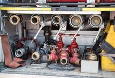 Hulpmiddelen van brandbestrijders aan brand weg Stock Afbeeldingen