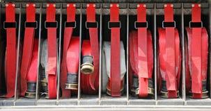 Hulpmiddelen van brandbestrijders aan brand weg Stock Fotografie