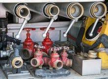 Hulpmiddelen van brandbestrijders aan brand weg Royalty-vrije Stock Fotografie