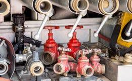 Hulpmiddelen van brandbestrijders aan brand weg Stock Afbeelding