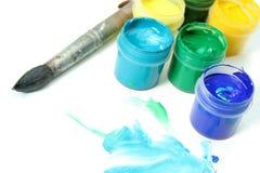 Hulpmiddelen van de kunstenaar: verven, borstel en een document stock foto's