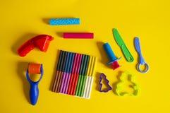 Hulpmiddelen voor creatieve hobbys Het vormen van plasticine, stapel, vorm, deegrol stock foto's