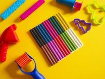 Hulpmiddelen voor creatieve hobbys Het vormen van plasticine, stapel, vorm, deegrol stock afbeelding