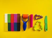 Hulpmiddelen voor creatieve hobbys Het vormen van plasticine, stapel, vorm, deegrol royalty-vrije stock foto's