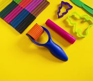 Hulpmiddelen voor creatieve hobbys Het vormen van plasticine, stapel, vorm, deegrol royalty-vrije stock fotografie