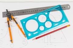 Hulpmiddelen voor draftsmanship op een opleidingstekening stock fotografie