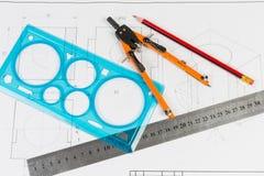Hulpmiddelen voor draftsmanship op een opleidingstekening stock afbeelding