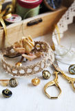 Hulpmiddelen voor handwerk, draad voor het naaien, schaar, knopen en Hulpmiddelen voor handwerk, draad voor het naaien, schaar en Stock Afbeeldingen