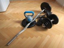 Hulpmiddelen voor huis die - ketelklokken bodybuilding Stock Afbeeldingen