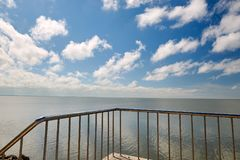 Hulun湖扶手栏杆和cloudscape  库存照片