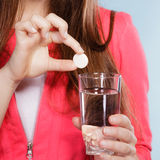 Humain avec de l'eau la pilule et de calmant Soins de santé Images stock