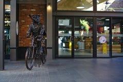 Humain avec la statue de monte principale de bicyclette d'ours images stock