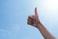 Humain de main sur le fond de ciel bleu Photographie stock libre de droits