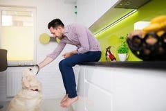 Humain et chien - meilleurs amis pour toujours Photos stock