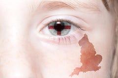 Human& x27; cara de s con la bandera nacional y el mapa de Inglaterra Imagen de archivo