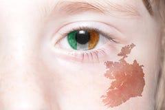 Human& x27; cara de s con la bandera nacional y el mapa de Irlanda Fotografía de archivo libre de regalías