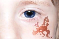 Human& x27; cara de s con la bandera nacional y el mapa de la unión europea Fotos de archivo libres de regalías