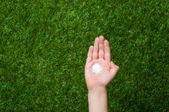 Human hand holding crystal sugar Royalty Free Stock Photos